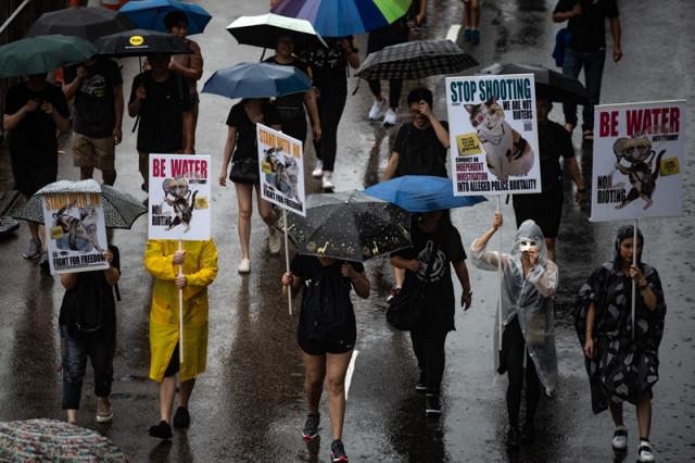 Hong Kong protesters walk tightrope between peace and violence