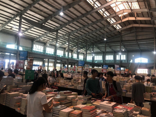 Remaindered book sale comes to Cambodia