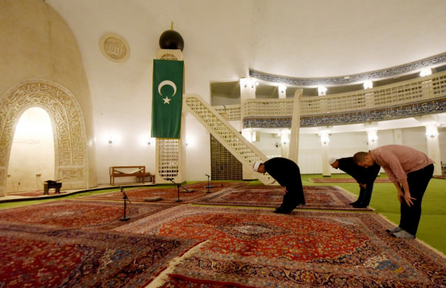 Muslims start Ramadan under lockdown as US beefs up virus support