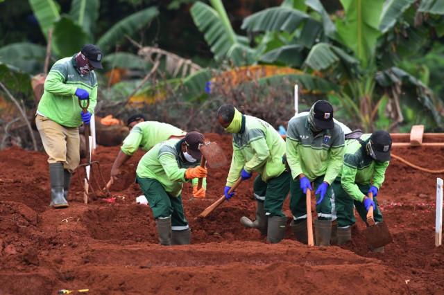 Indonesia's gravediggers battle virus fears, stigma