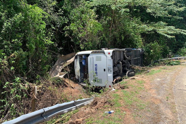 Vietnam bus crash kills 13 on high school reunion trip
