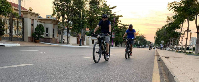"""Cambodia's Cyclists """"Beg"""" for their Space on the Roads"""