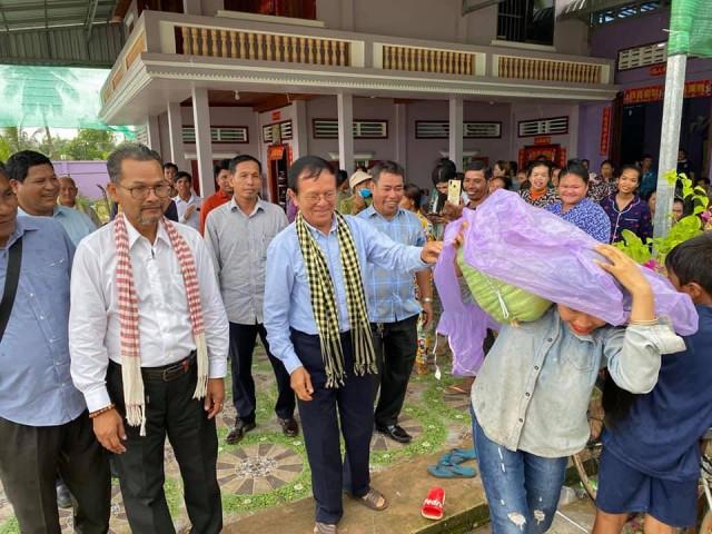 Kem Sokha Donates Goods to Flood-Affected Communities in Sihanoukville
