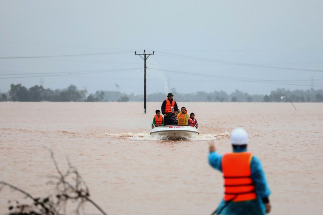 Floods kill 111 in central Vietnam, Storm Saudel on the way