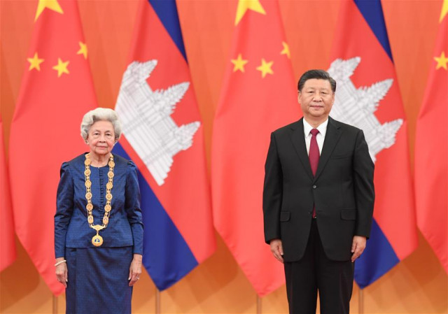 Xi awards Cambodian Queen Mother China's friendship medal