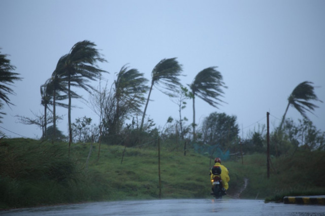 Thousands flee as yet another typhoon menaces Philippines