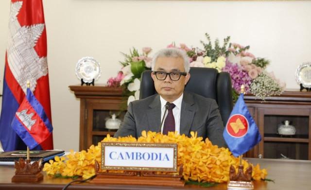 PM Hun Sen Hints Aun Pornmoniroth Could Be Successor