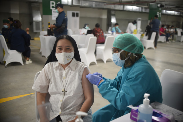 Indonesia starts mass vaccination for journalists with president observing