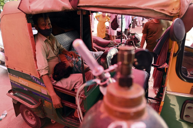 India Covid patients flock to makeshift tent for lifesaving oxygen