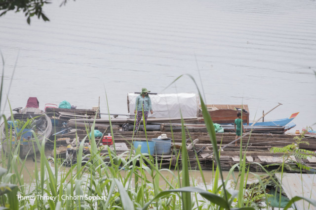 People Living Illegally on the Tonle Sap River Are Moving Floating Homes and Fish Farms as Ordered