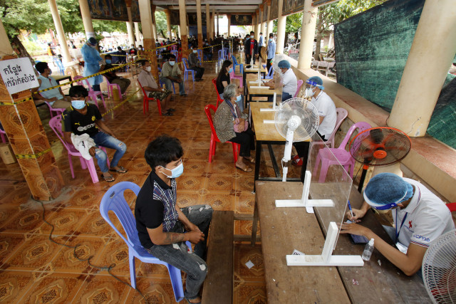 Hun Sen Orders COVID Jabs for Young