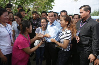 Cambodian PM meets thousands of garment factory workers on Int'l Labor Day