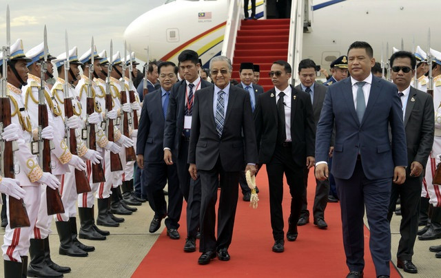 Malaysian PM embarks on official visit to Cambodia