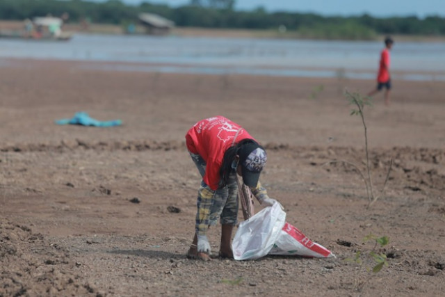 Thousands of Volunteers Collect Plastic Trash in and around Tonle Sap Lake