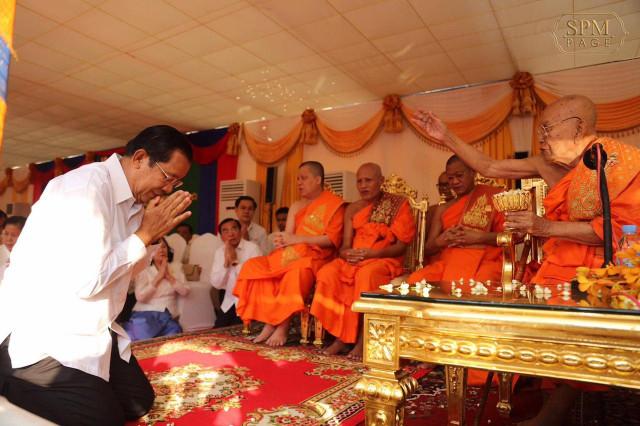 Hun Sen Tells Buddhist Monks They Must Help Maintain Peace