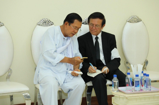 Hun Sen Meets with Kem Sokha at Bun Seangly's Funeral