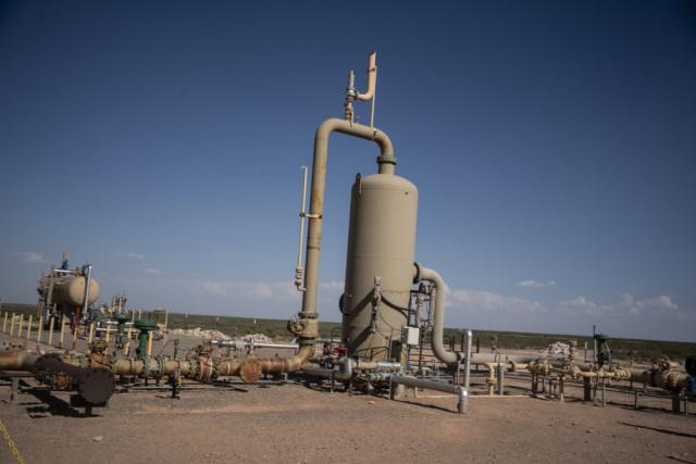 Oil rebounds in Asia after Saudi Arabia output cut