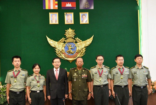 Cambodia awards honorable medals to Chinese military doctors for contributions to COVID-19 fight