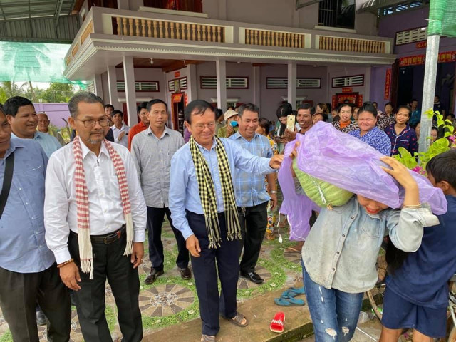 Kem Sokha Donates Goods to Flood-Affected Communities in Sihanoukville
