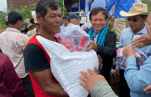 Hun Sen Thanks Kem Sokha for his Donation to Help Flood Victims in the Country