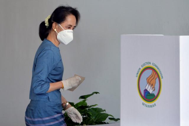 Suu Kyi kicks off advance voting for elderly in Myanmar election
