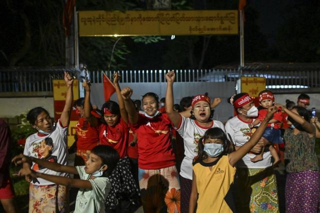 Suu Kyi's party wins absolute majority in Myanmar polls