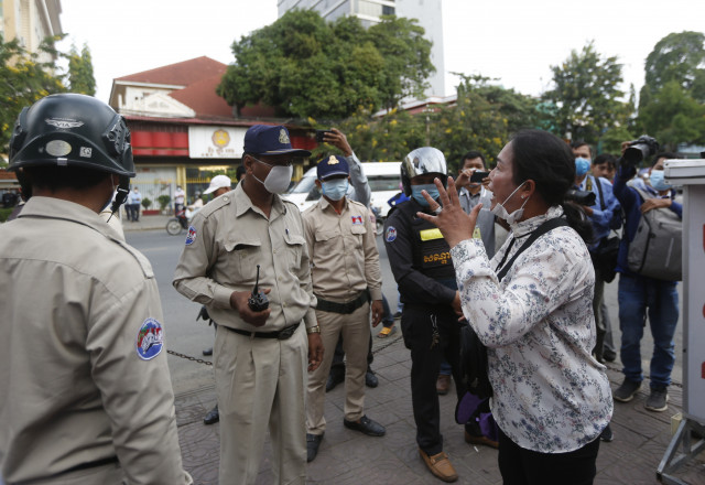 Police Blocks the Approach to the Phnom Penh Courthouse as CNRP Members Appear in Court
